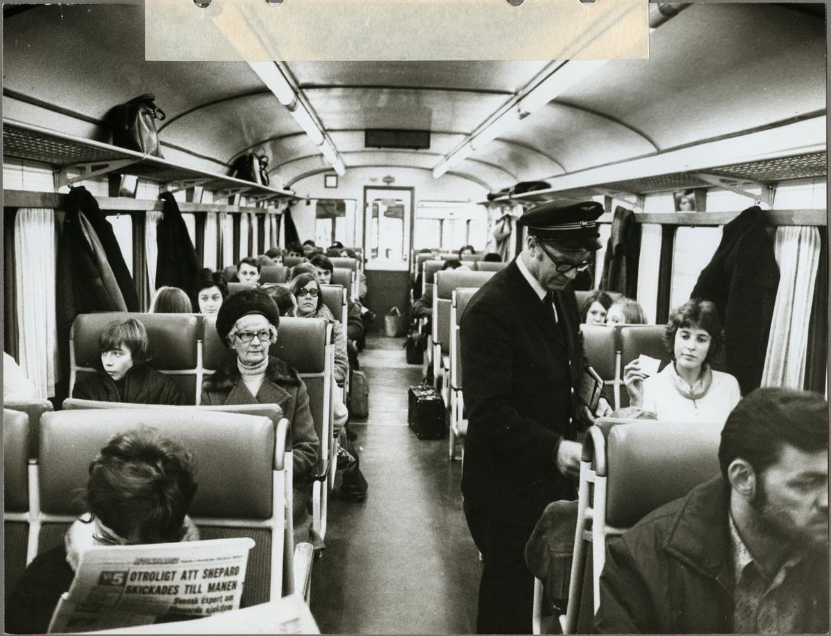 Tåg 485 avgår från Eskilstuna central första strejkdagen 1971-02-05.