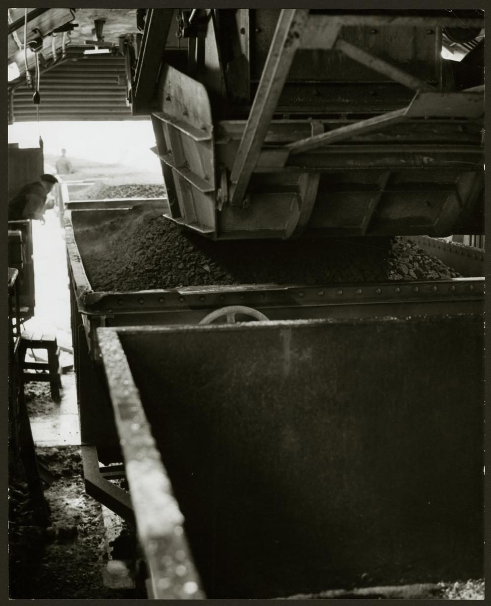 Halvautomatisk lastning av malm i malmvagnar vid Grängesbergs malmbangård.