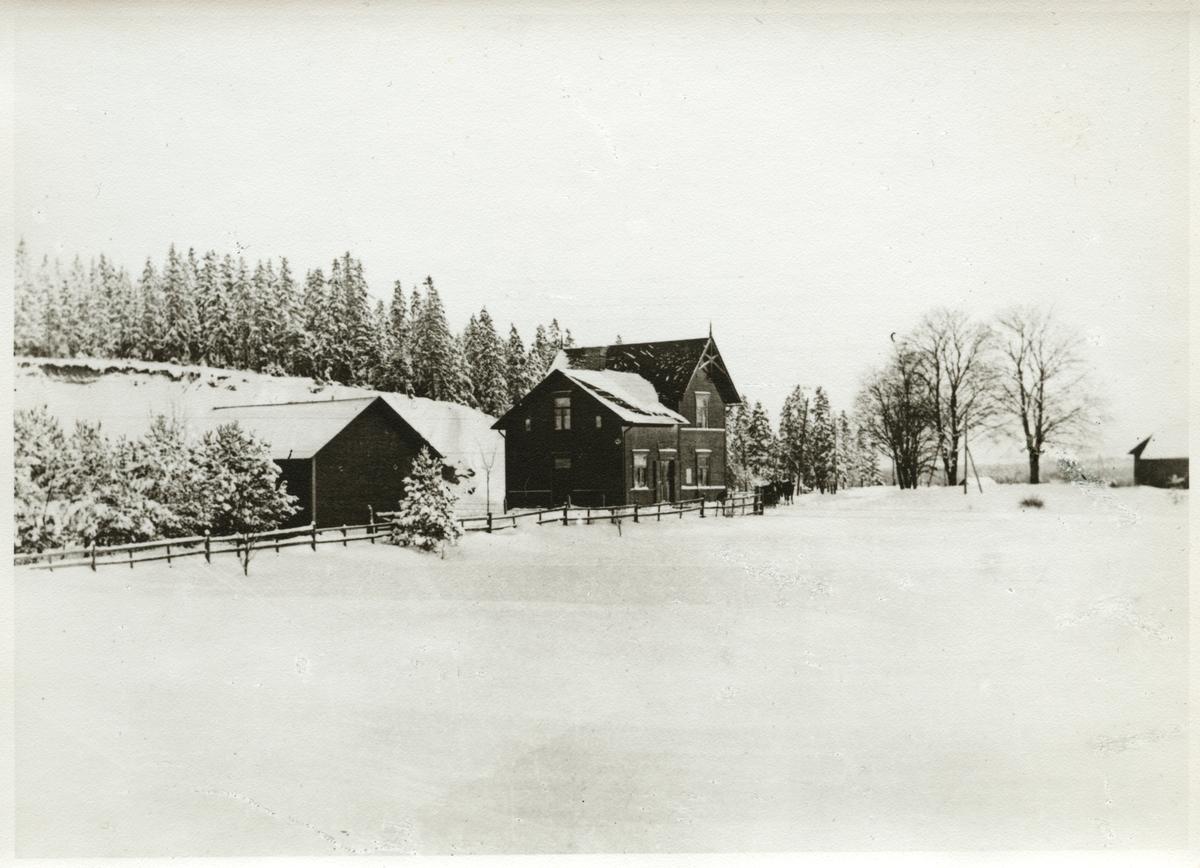 Hållsta station i vinterlandskap.