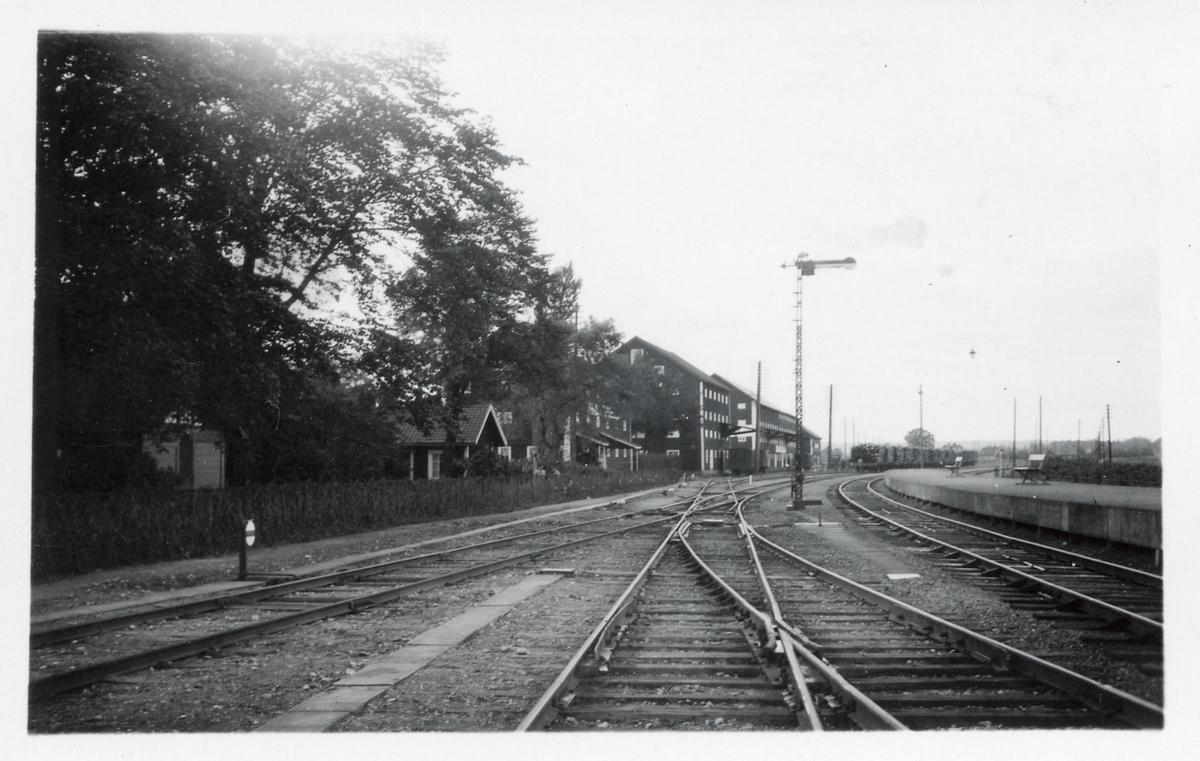 Magasinsbyggnader vid Fiskeby station.