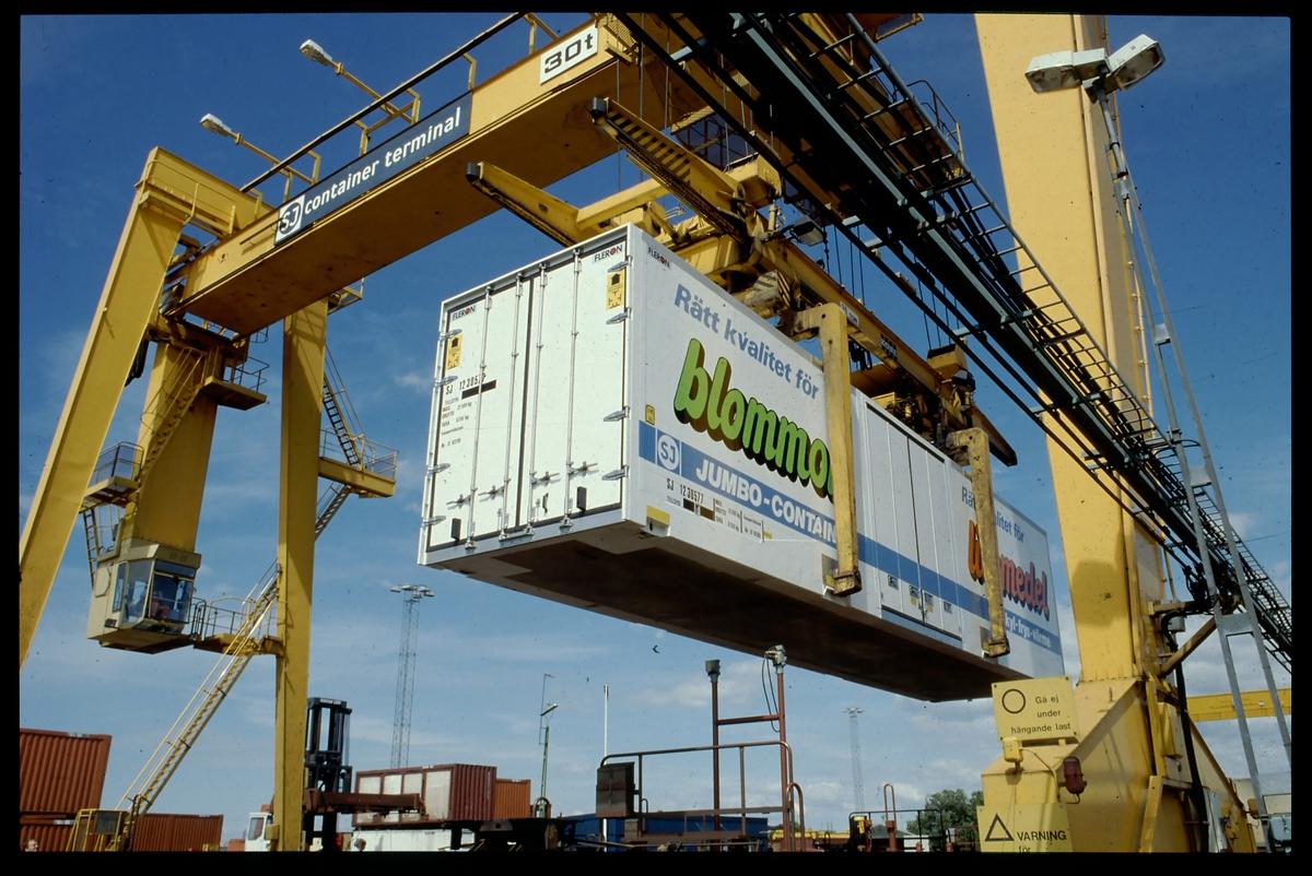 Flyttning av container med containerkran.