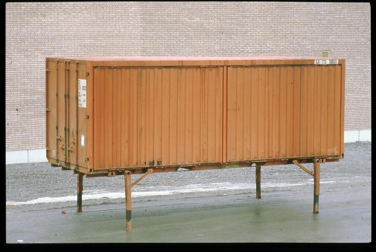 Godscontainer på stödben. Statens Järnvägar, SJ 715 10031.