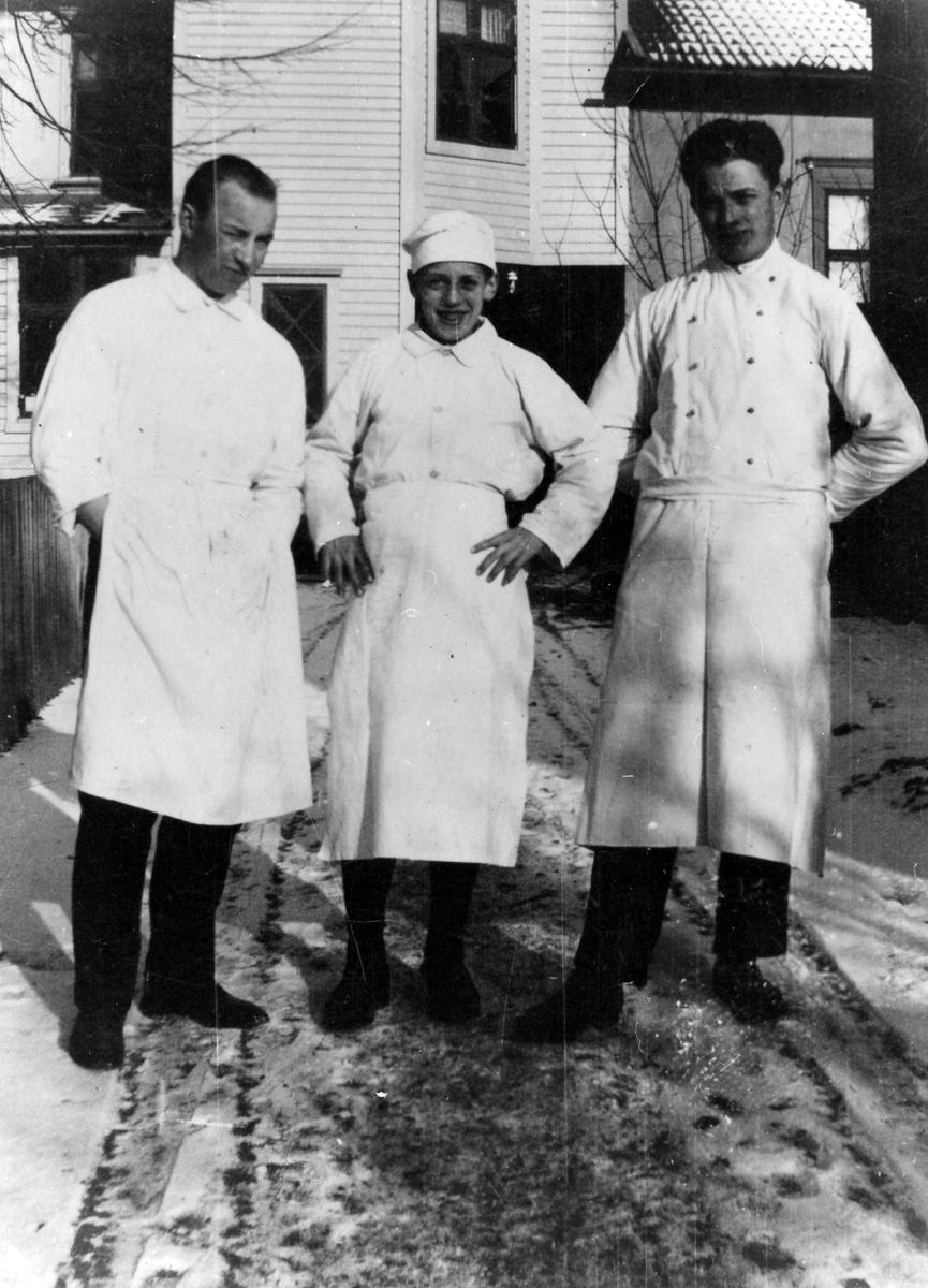 Bilden är tagen ute på gårsdserveringen, vintertid, på tre anställda bagare på Ljungblads konditori. Från vänster: Erik Sandman - Hilda Andrén - Helge Bäckman.