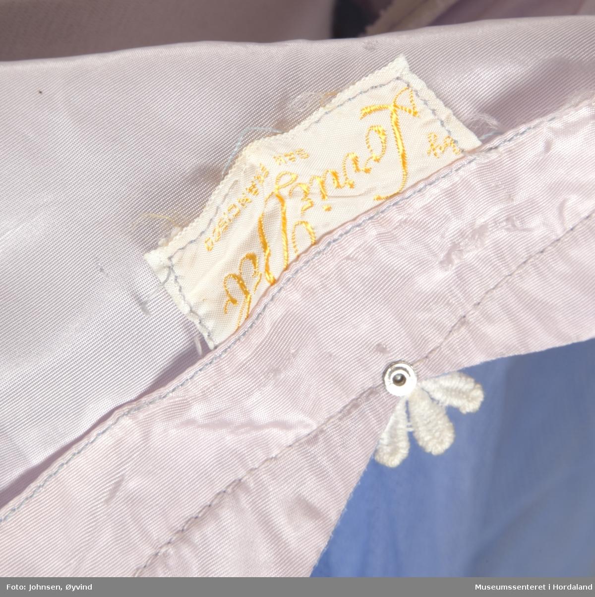 Selskapskjole i blå tyll med rosa for. Dekorert med hvit påsydd blonde øverst.
