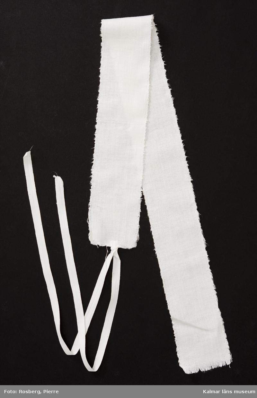 KLM 44202:66 Linda. Tuskaftad vit bomull. Knytband av vit bomull i ena kortsidan. Kanter kastade för hand.
