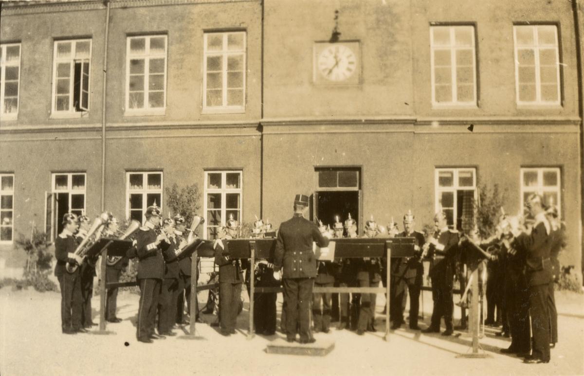 Göta livgardes musikkår ger konsert på kaserngården på Linnégatan.