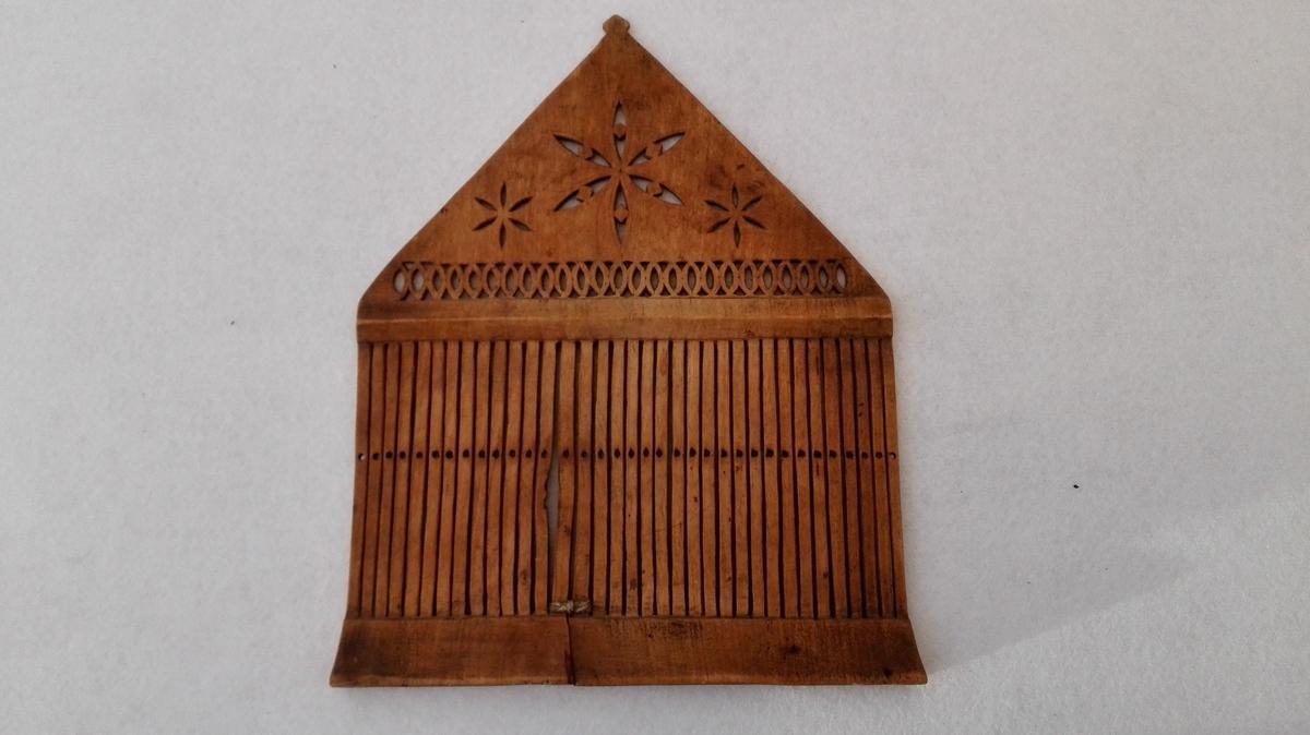 Form: Overkanten er triangelforma. 1 baandgrind.  Umalt baandgrind av bjerketræ med 34 spiler utsk. i hel ved. Overkanten ender i en spids (triangelformet) og har overkanten gjennembrudt utskaarne ornamenter.  Höide og bredde 26,4 x 21,3 cm.  Samtlige disse 31 no er opkjöpt paa Vikören og omliggende gaarde og av mig kjöpt av antikvitetsopkjöper Salamon Itzkowsky, Trondheim.