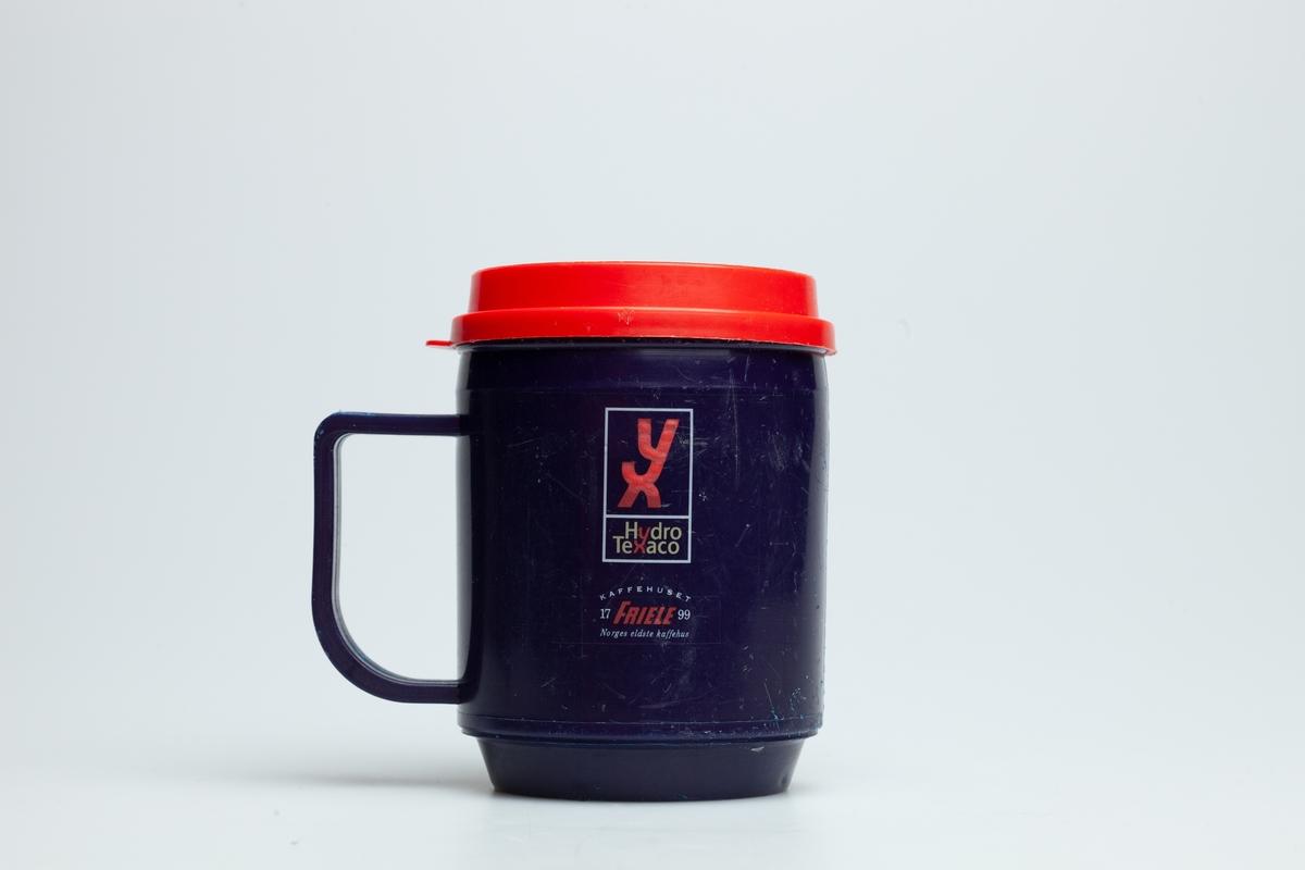 En blå Hydro Texaco kopp i hard plast med hank. På koppen er logoen til YX Hydro Texaco og Friele kaffe og en tegning av en kaffekopp.