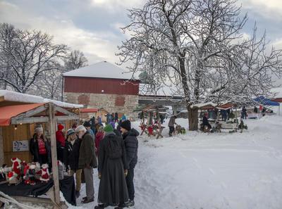 Nok av folk på julemarkedet.