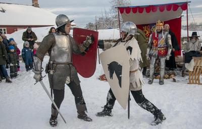 Kong Haakon VIs menn viste krefter i borggården.