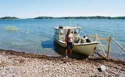Jordbrukare Lill Schierman vid Skärgårdsstiftelsens båt, Hjä