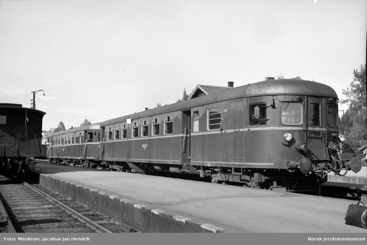 Styrevogn CFox4b nr. 18767 og dieselmotorvogn Cmdo 11 nr. 18332 (senere (Bmdo 91 04) med persontog fra Oslo Ø til Fagernes på Eina stasjon.