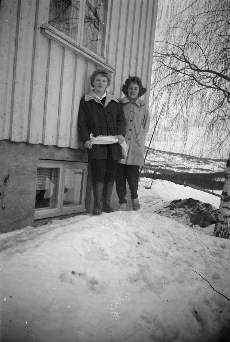 To jenter fremfor bolighuset i Vestringsvegen 208, Segalstad bru, fotografens eiendom