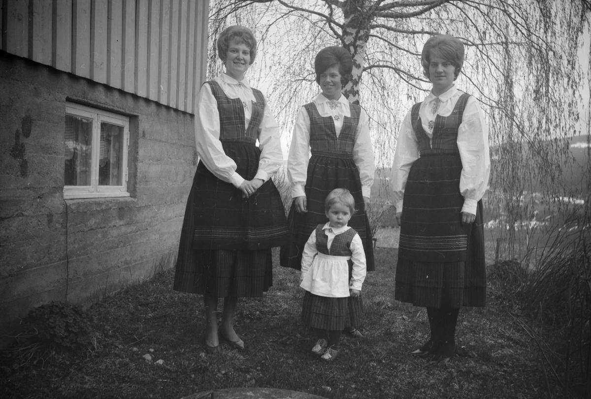 Tre kvinner i bunad og en liten jente fremfor bolighuset i Vestringsvegen 208, Segalstad bru, fotografens eiendom