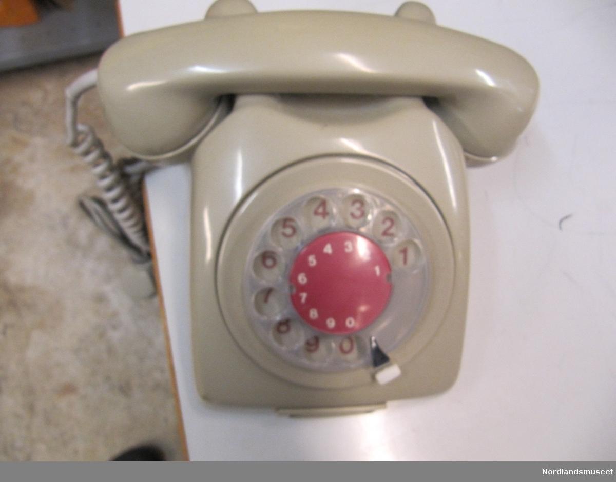 Telefon m/fingerskive s.nr. 1577 1967-modellen var verdens første fulltransistoriserte telefon. Apparatet inneholdt få komponenter, bl.a. bare to transistorer. Transistorer var kostbare i midten av 60-årene.  Eksteriøret på EBs 1967-modell er hentet fra Sverige. Apparatet er utseendemessig en kopi av L. M. Ericssons «Dialog» fra 1961, designet av AOS (Magnus Ahlgren, Thorbjorn Olsson og Sven Silow, se over). «Dialog» har en ringeklokke, mens I 967-modellen «plystrer» (toneringing). Elektrisk Bureaus 1967- modell ble produsert for fullt fram til 1981, og i 1982 i begrenset mengde. Elektrisk Bureau og L. M. Ericsson var samarbeidspartnere, og kunne spare store penger ved å ha plaststøpeverktøyet til apparatskallet (som var meget kostbart) som reserve for hverandre.  I Norge ble apparatet levert i grått, hvitt, brunt, oransje og turkis og noen få transparente.   Det ble produsert nærmere 2 millioner telefonapparater av denne modellen over en periode på 16 år.  Grå 1967-1982 1.767.000 Grå 1975-1979 Ca:16 000 (4 varianter med tastatur) Hvite 1968-1969 6.000 Brune 1978-1982 38.500 Oransje 1978-1981 21.400 Turkis 1978-1979 16.000 Spesialapparater 31000 (kilde: http://swpetter.no)