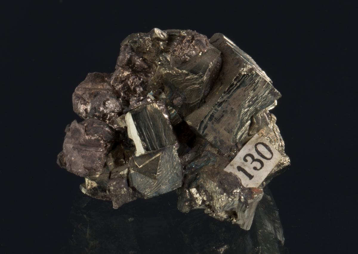 Sølv på pyrittkrystaller Etikett 130 Vekt: 31,98 g Størrelse: 3 x 2,2 x 2 cm