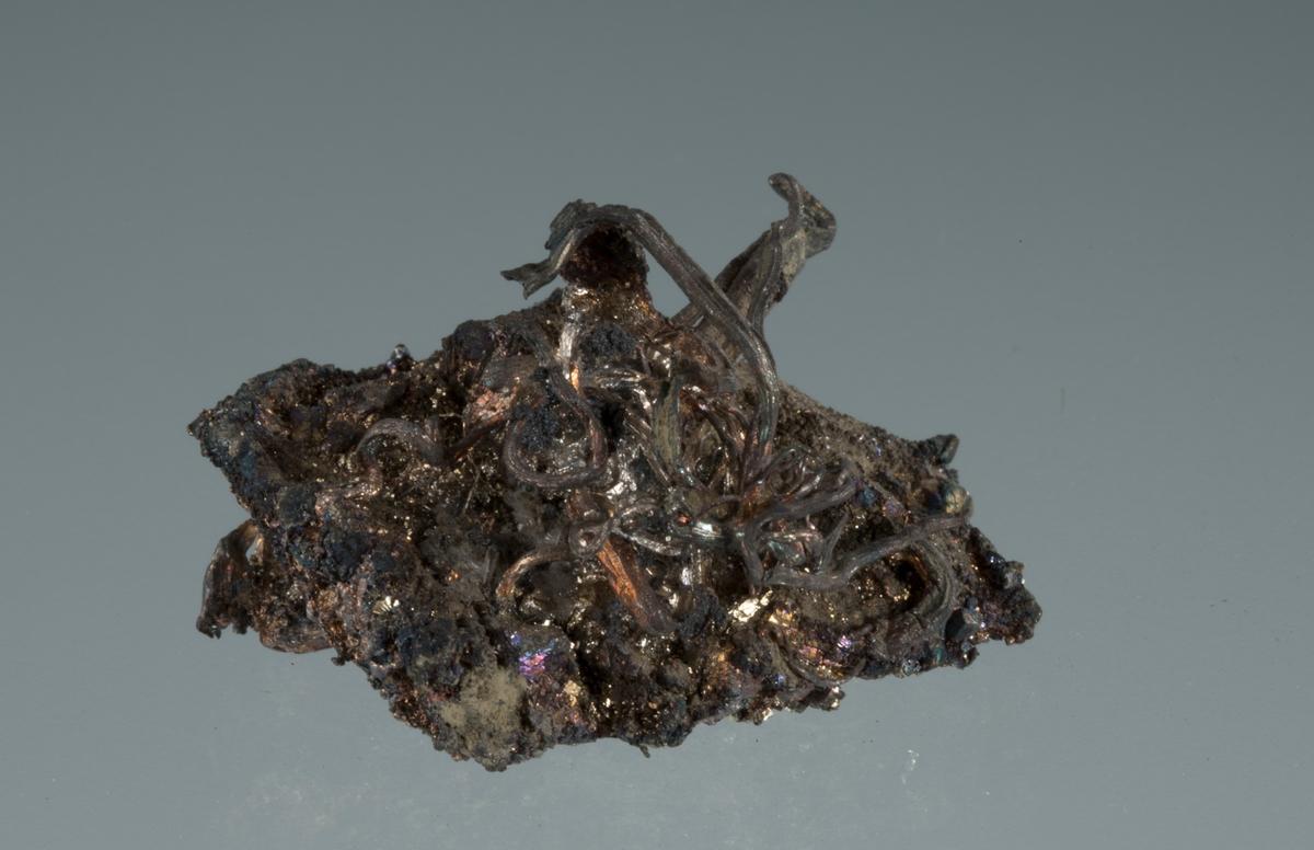 Trådsølv på pyritt Vekt: 24,19 g Størrelse: 3,2 x 3 x 2,3 cm