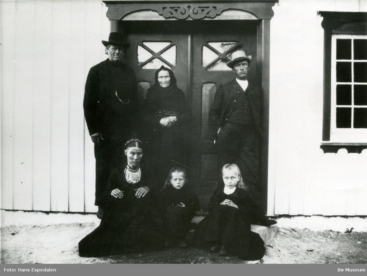 Familiebilete frå Øvre Torstveit.  Frå venstre: Olav H., Gunhild, Gunhild (d.y), Margit (Malti), Bergit (Bella) og Halvor.  Bildet er teke 23.07.1906.