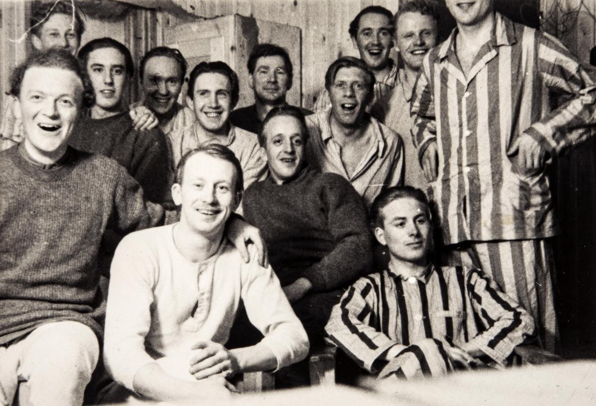 Gruppeportrett av norske polititropper i sivile klær i Sverige under 2. verdenskrig.