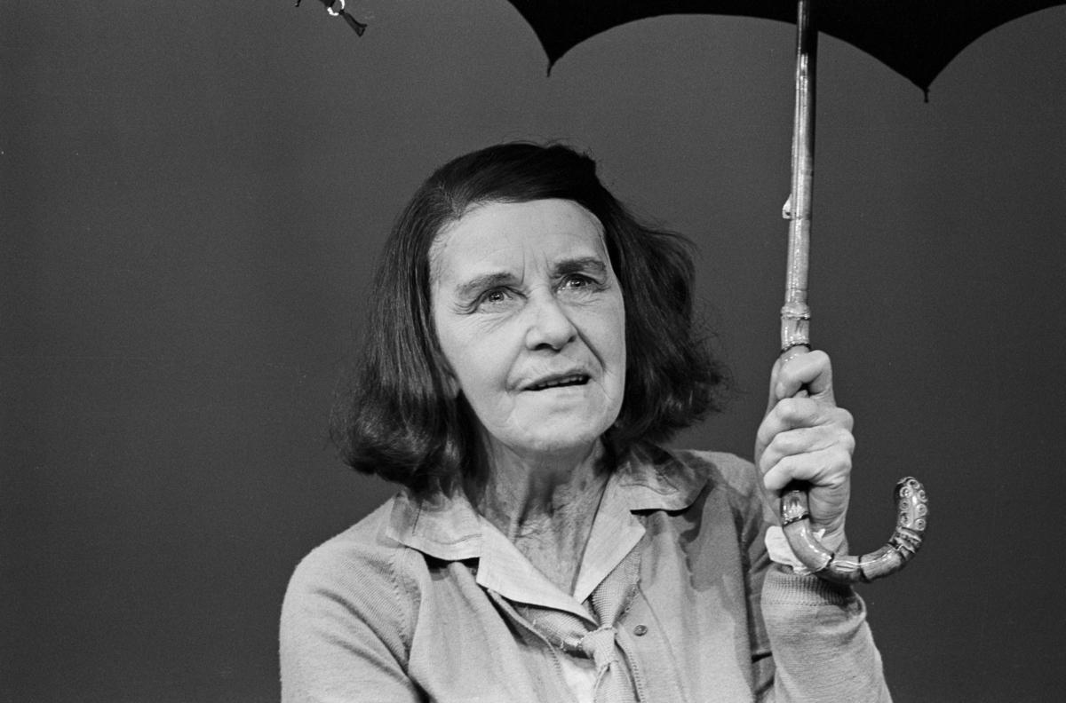 """Scene fra Nationaltheaterets oppsetning av David Storeys """"Hjem"""". Forestillingen hadde premiere 27. oktober 1971. Kirsten Sørlie hadde regi og medvirkende var Ella Hval som Marjorie og Aase Bye som Katleen."""