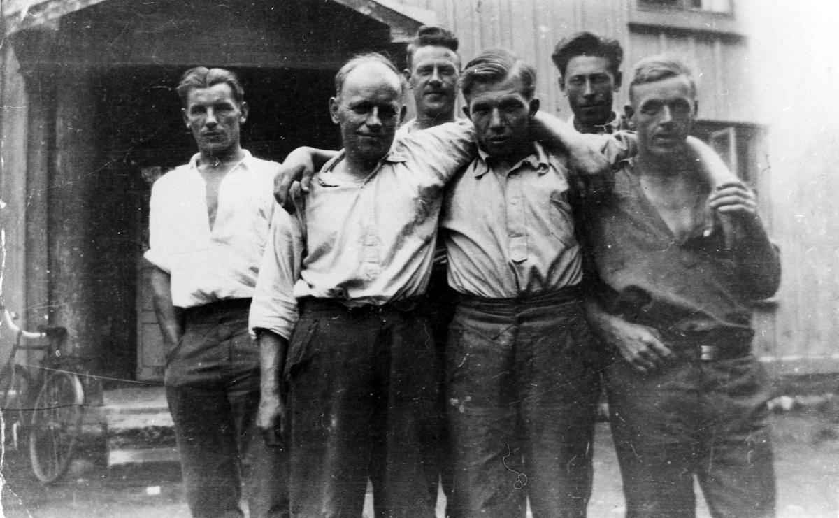 """Sex män ur ett """"rallaregäng"""" står framför en träbyggnad. Med som AK-arbetare var metallarbetaren Folke Augustsson från Alingsås."""