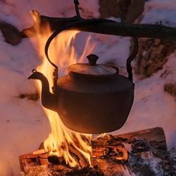 Kaffekjel over åpen varme.  Bildet viser en kaffekjel som he