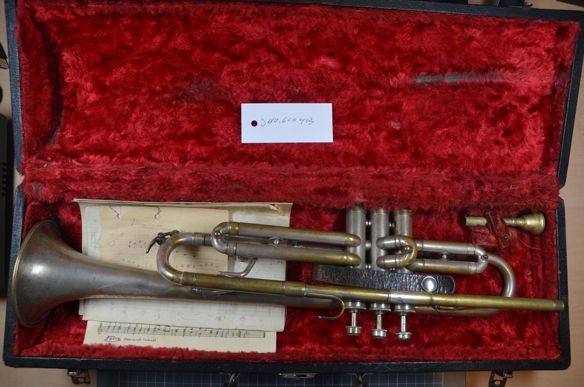 """A: Trompet av merke """"Cavalier"""", laget av Elkhart Inc. USA. Serienummer: 32445. Trolig produsert på midten / slutten av 1920-tallet. B: Original trekasse til overnevnte trompet. Innside av rød velur. Diverse noter (originalpartitur og håndskrevne) til standardlåter følger med. Trompeten har tilhørt Herman Sachnowitz."""