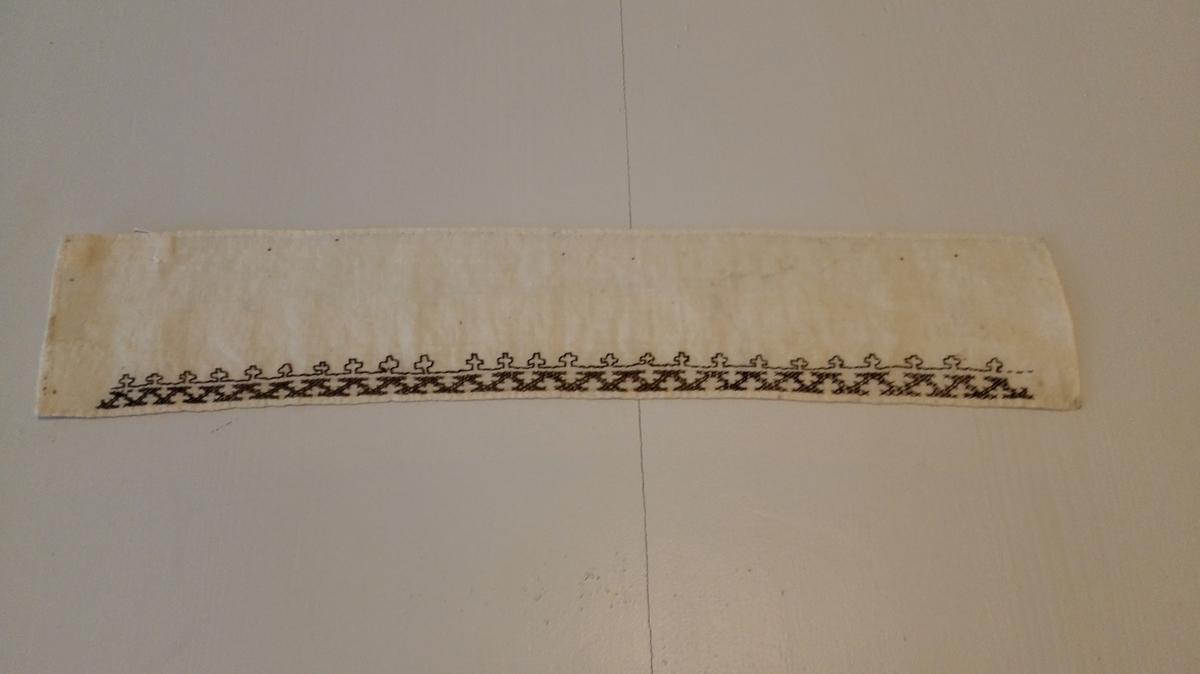 Rektangulært lereftstykke med bord.  Ujamt sydd og truleg eit øvingsarbeid. Har tilhøyrt gjevars morsslekt, Fusa i Midthordland.