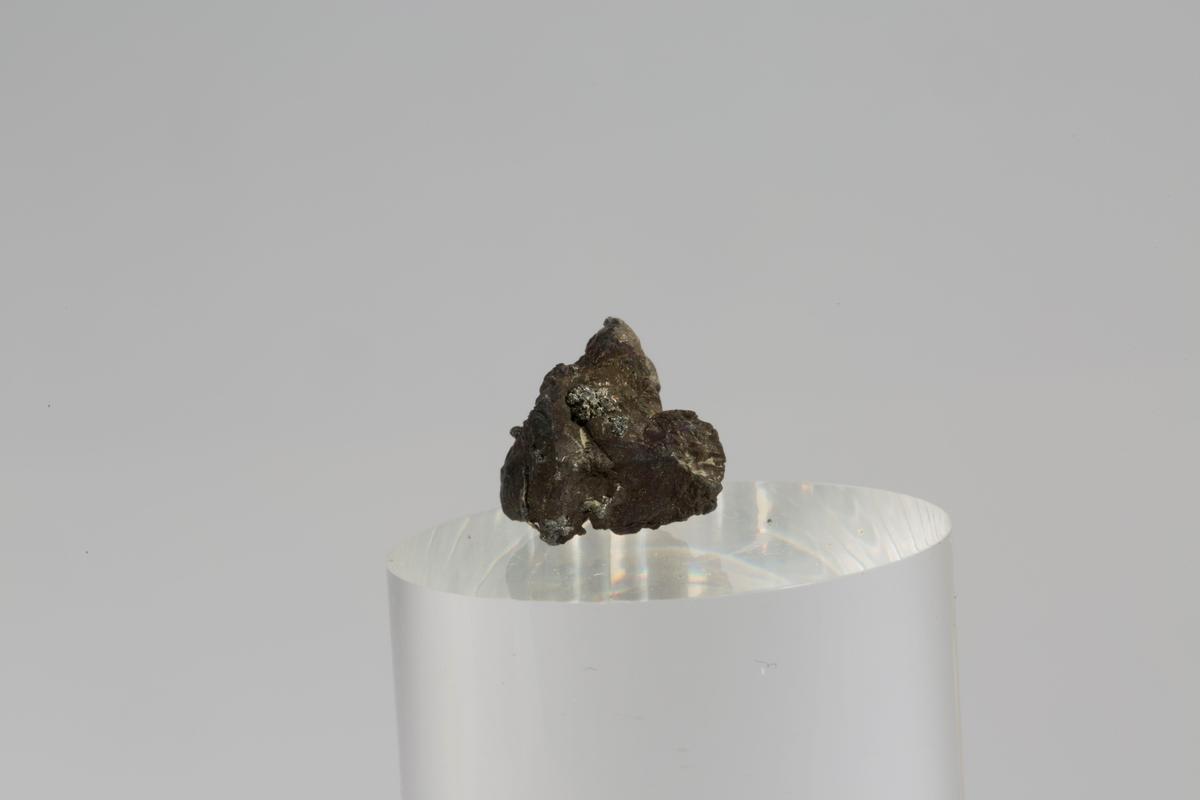 Vekt: 2,23 g Etikett i eske: Monter nr. 6, Mildigkeit Gottes gruve jan. 1947 (8 små og 5 små)