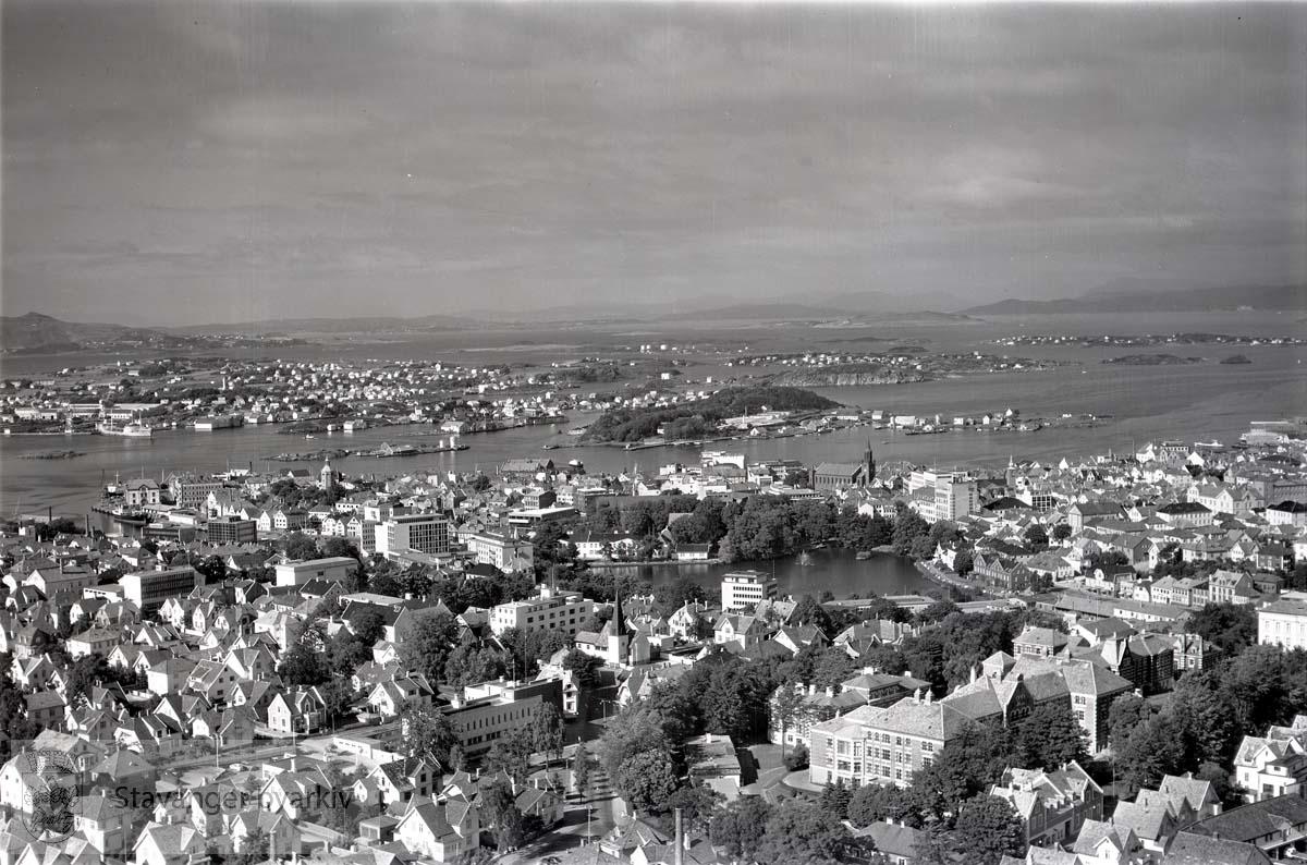Stavanger indre og midtre. Kannik. Mot N.Ø...Breiavatnet midt i bildet..Gateløp vi ser er bl.a. Peder Klows gate, Furras gate, Kannikgata, Madlaveien og Wessels gate