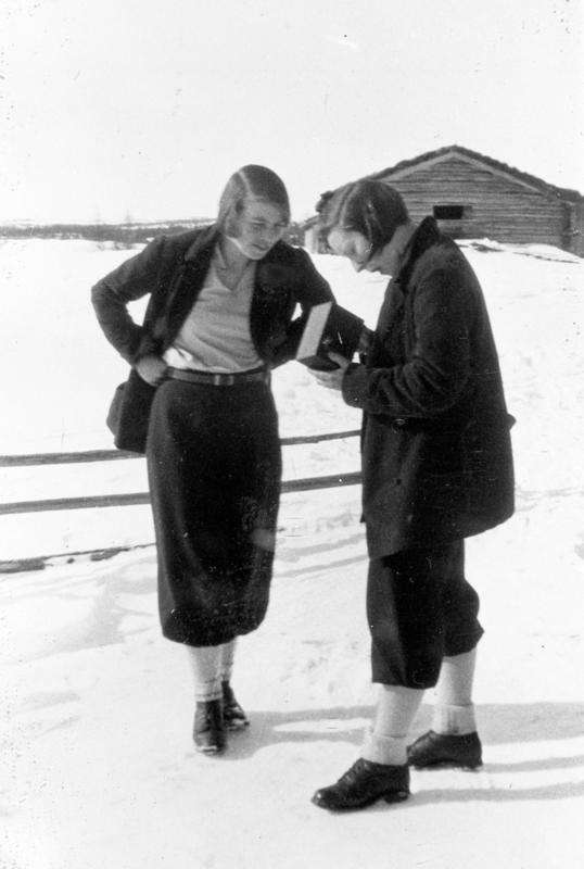 Påske på Myklebysetra. Kvinner fra venstre: Gudrun Hartvigsen, Karen Gundersen. Eier av foto:Stor-Elvdal Historielag. (Foto/Photo)