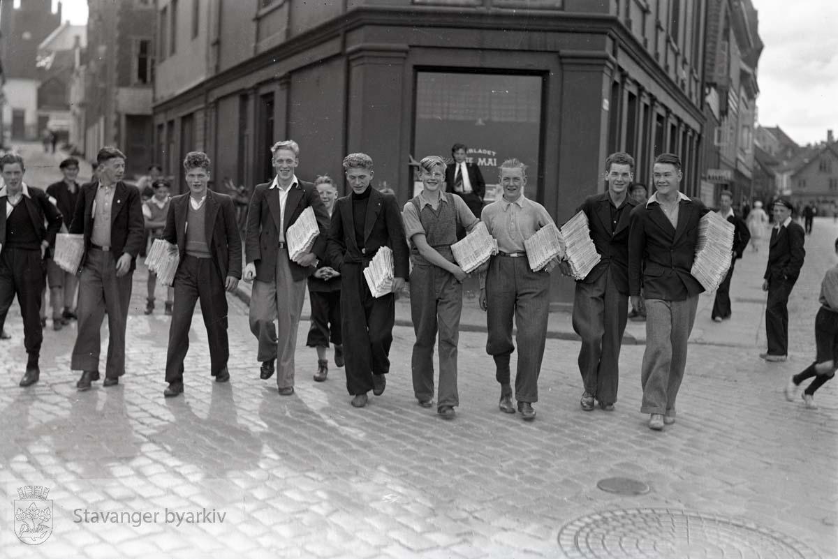 Avisgutter foran 1ste Mai sine lokaler i Verksgaten