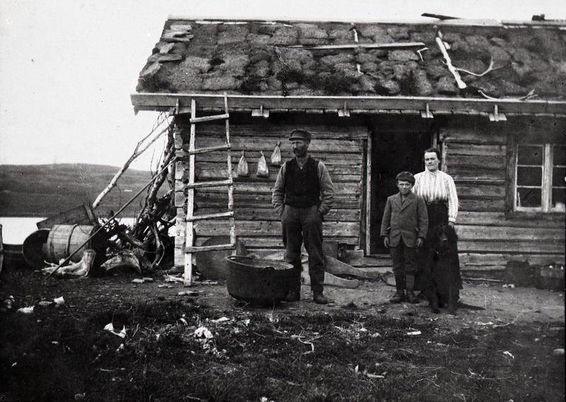 Knut, Andris og Randi Løken på Forostøl, Ristegilen, Vestre Slidre. Ukjent fotograf. VFF VS-2.1. (Foto/Photo)