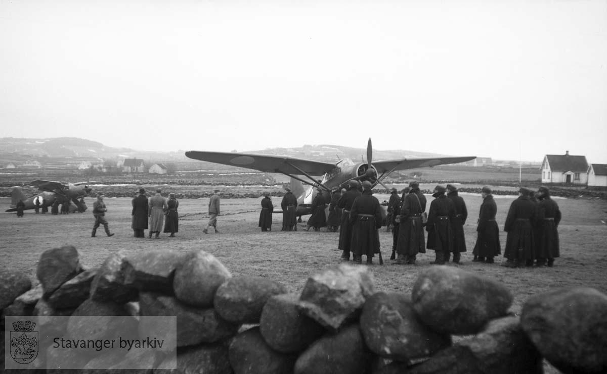 Finske fly lander på et jorde