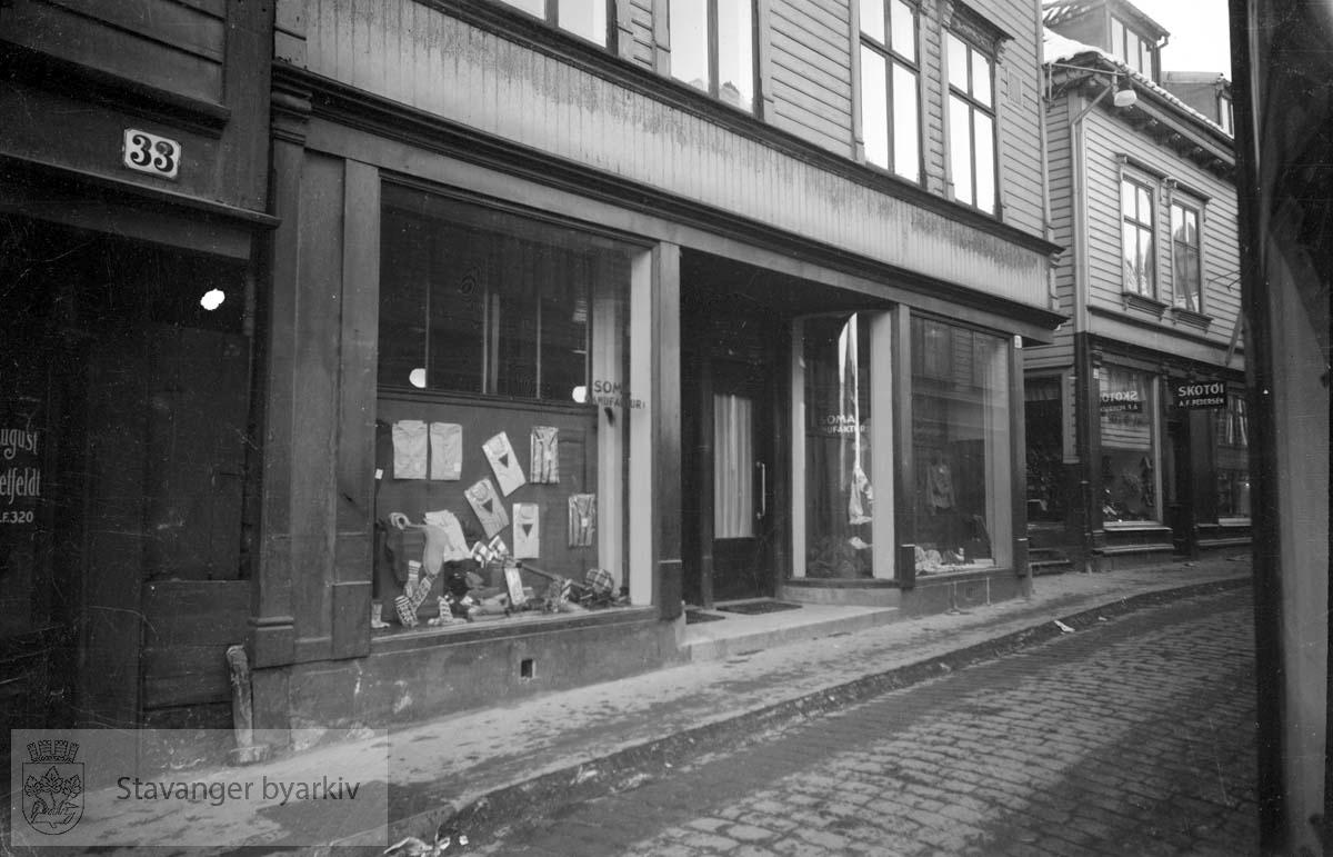 Butikkfasade, Soma manufagktur i Nygata 31. Til høyre A.F. Pedersen sko i nr. 29. Litt av Nygata 33 til venstre