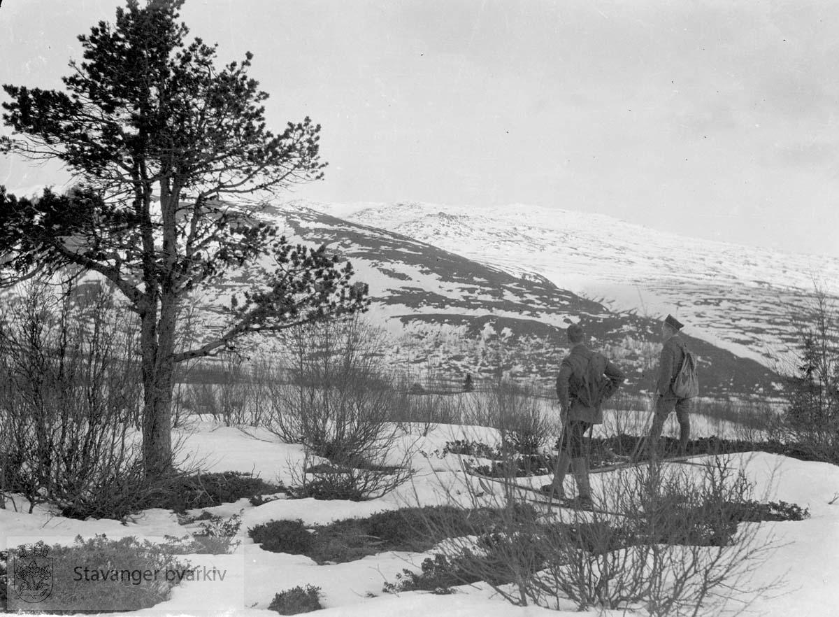 To menn på tur i snødekt landskap