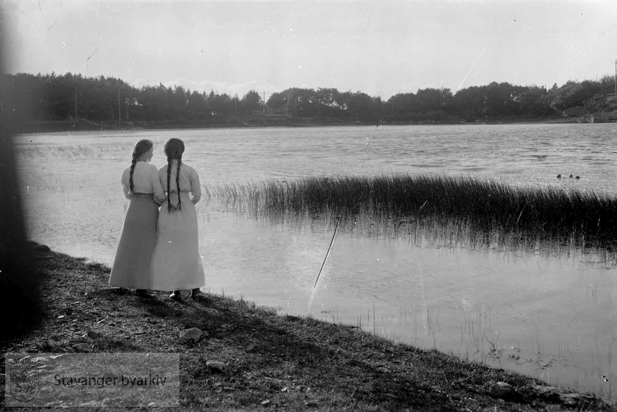 Stemningsbilde ved Mosvannet. To kvinner i vannkanten.