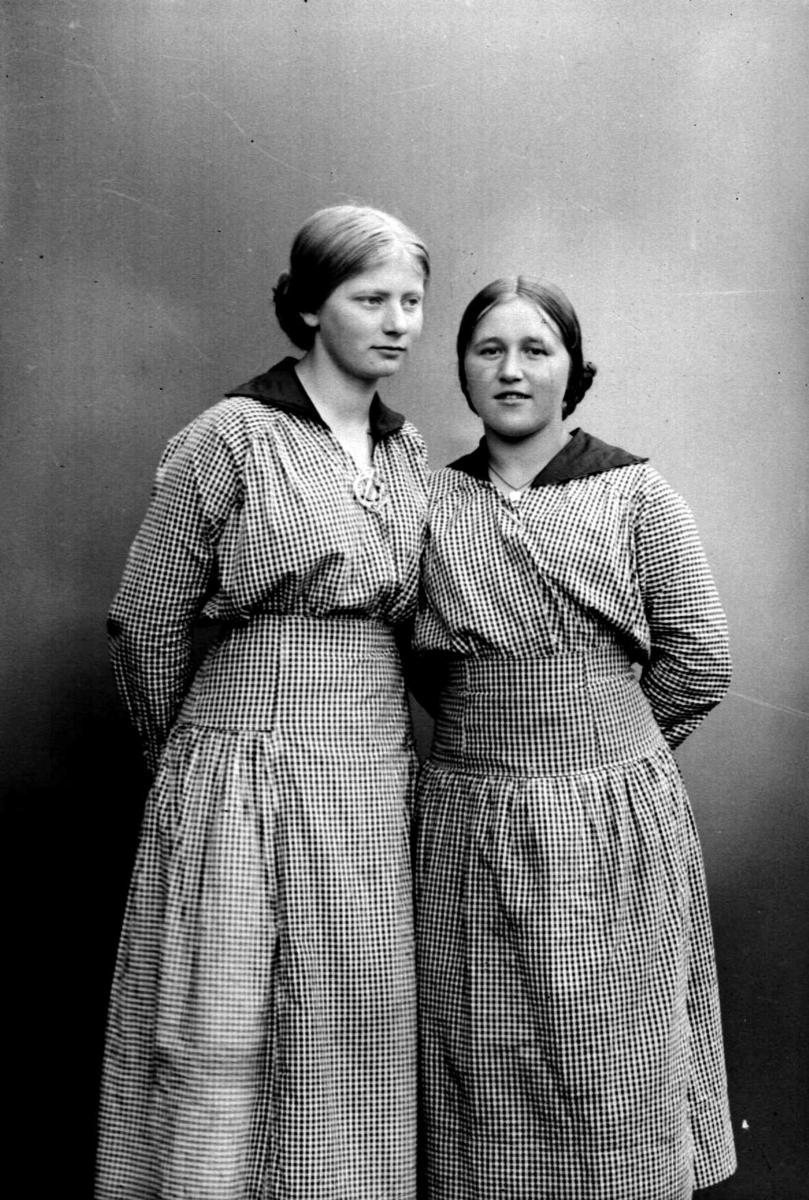 Marit og Berte Finstad i smårutete blåtøyskjole, døtre av Kvartermester Petter Finstad, Jørstadmoen