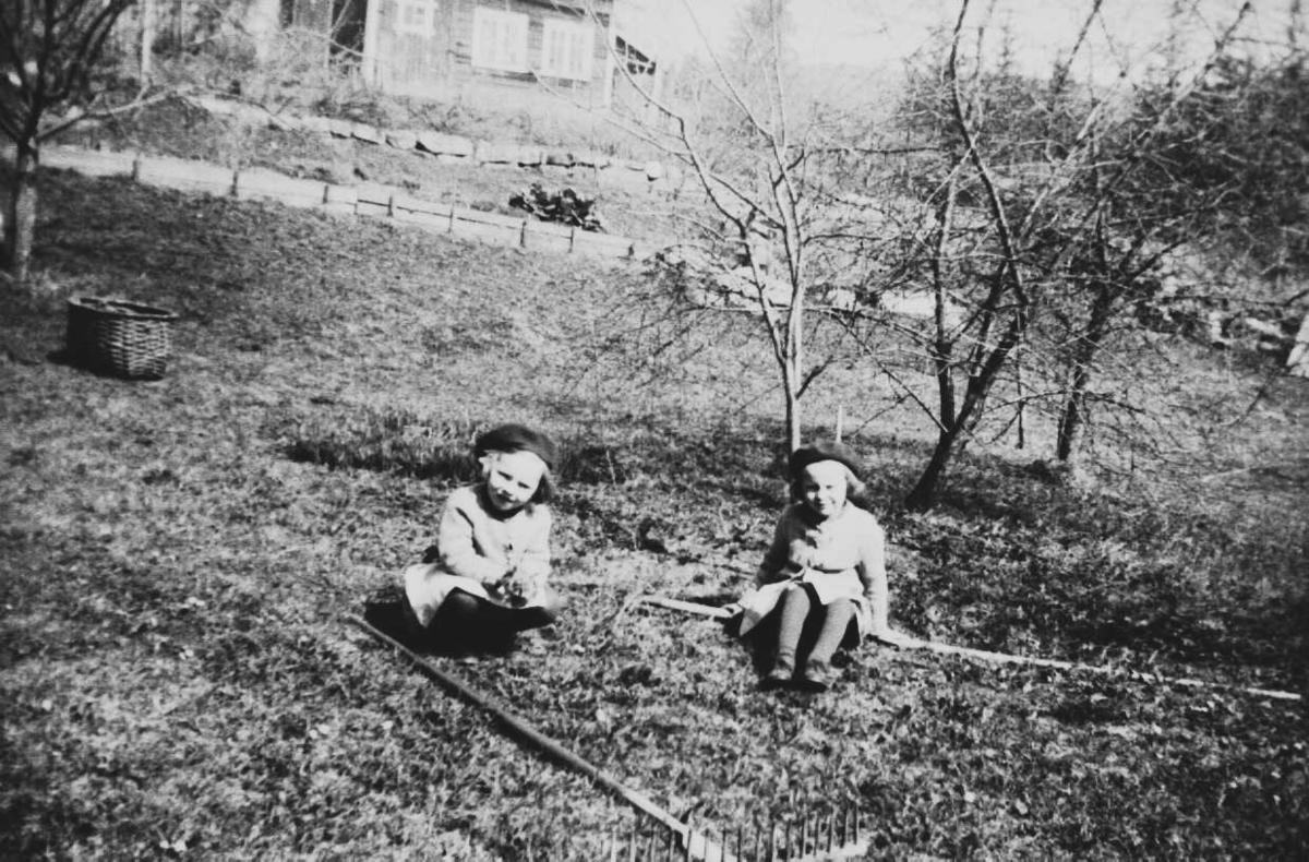 To småbarn i en eplehage