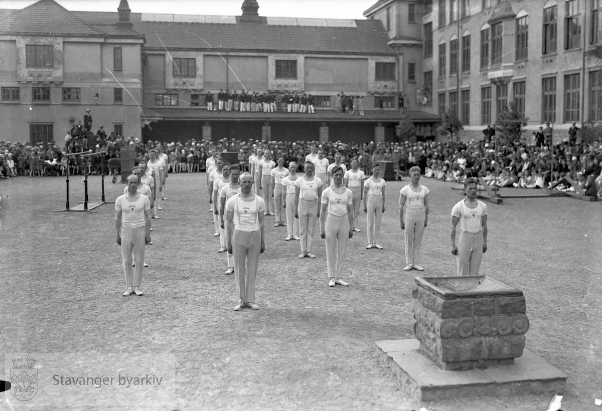 Turnere i skolegården til St. Svithun. Mannlige turnere oppstilt i skolegården.
