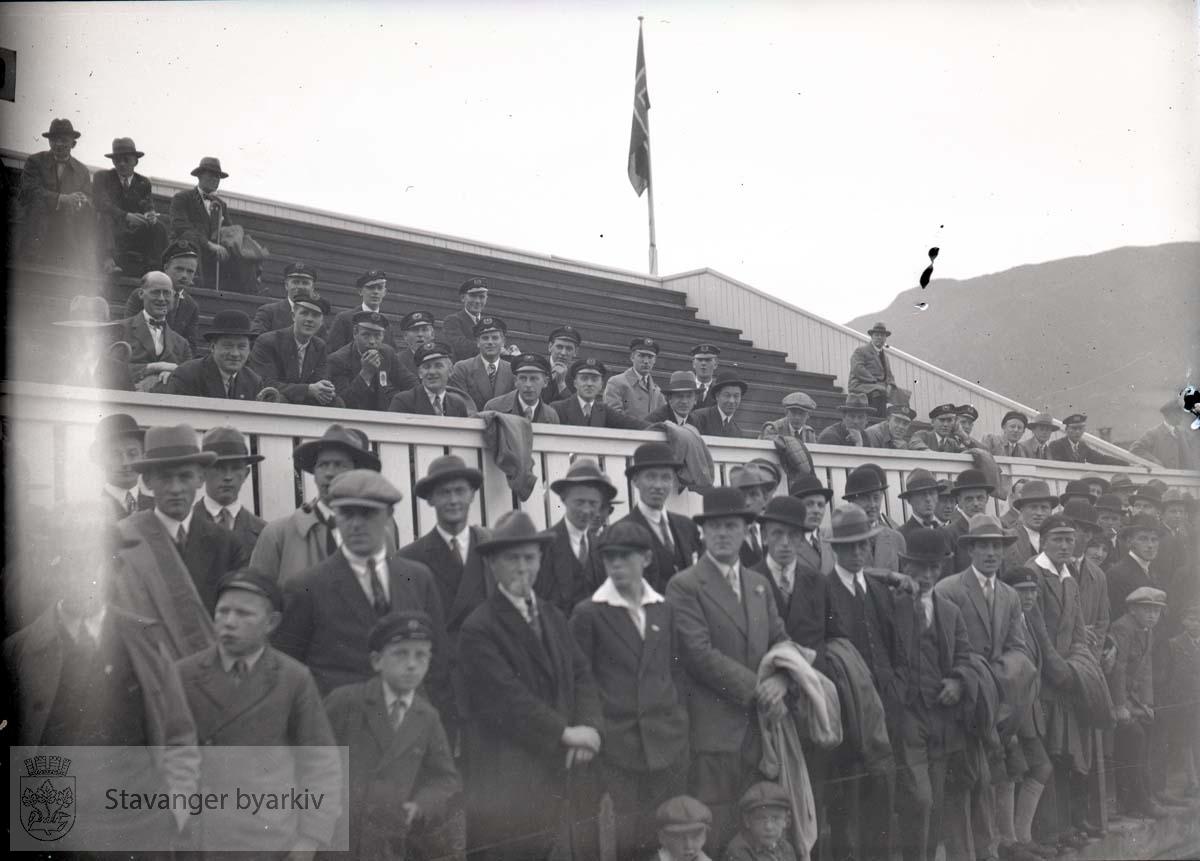 Muligens Brann - Viking (?) Tilskuere på tribunen. .Fotball.