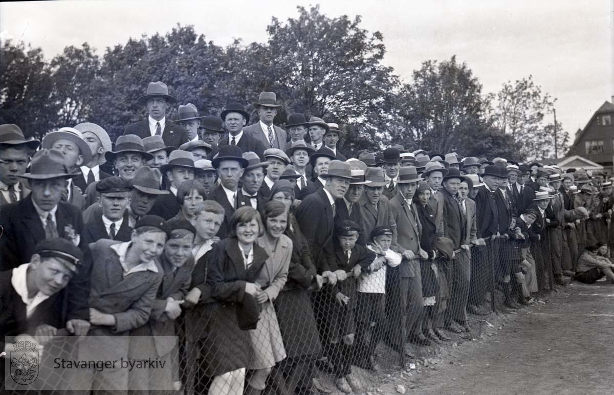 Tilskuere langs banen .Fotball.