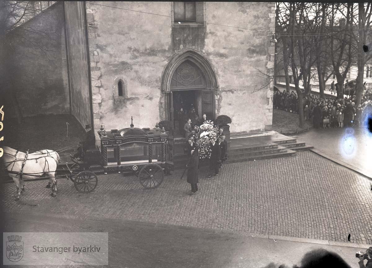 Kisten bæres ut av domkirka og ombord i vogna trukket av hvite hester. ...Lars Oftedal gravlegges.