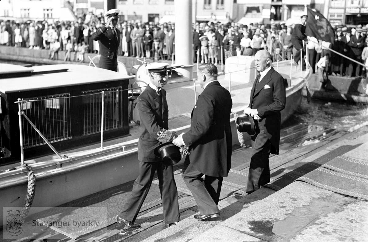 Varemessens filmer..Hans Majestet Kong Haakon VII ankommer Stavanger.Ønskes velkommen av John Norem og Johan Marnburg.. .Norges varemesse