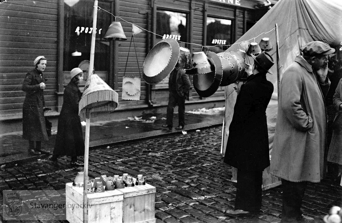 Marked på torget.Lampeskjermer henger på snor