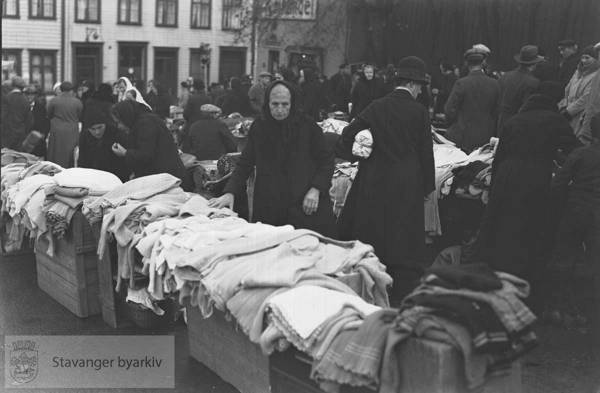 Marked på torget.Gamle kvinner (kåner) selger tøy, klær og tekstilvarer