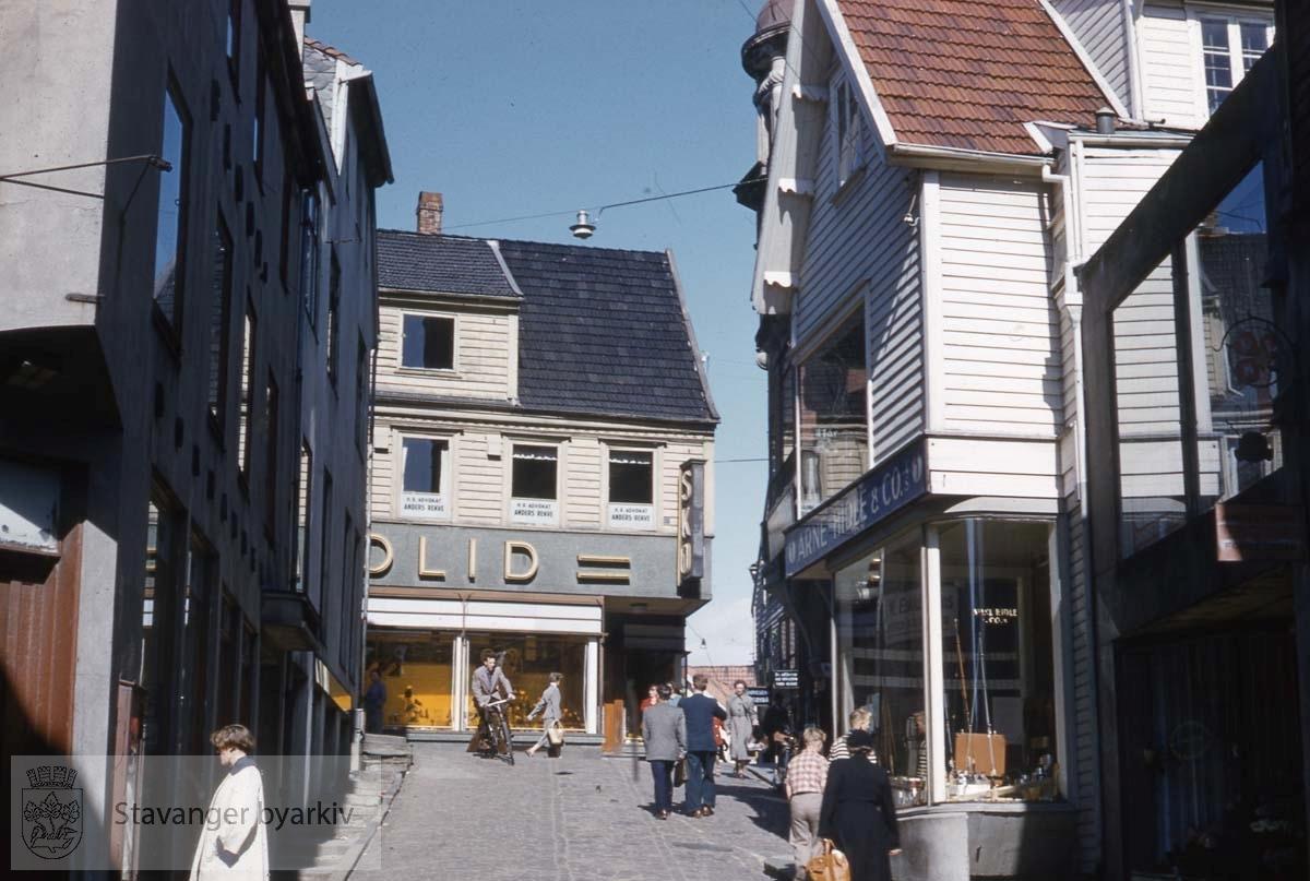 Solid skomagasin i Kirkegata 11 helt øverst (Rolfsen i dag).