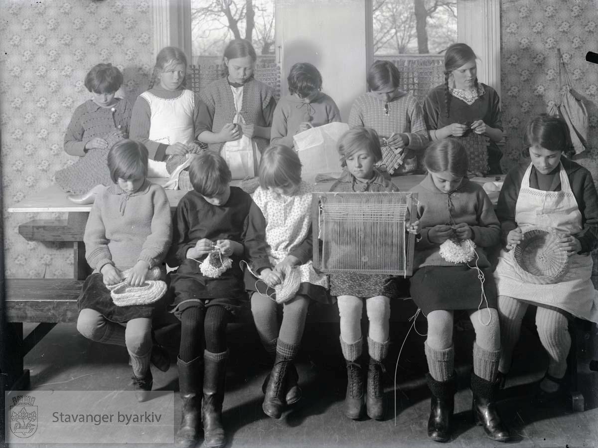 Arbeidsstuen ble startet i 1919 og holdt til i Storms skole og senere St. Svithuns skole.