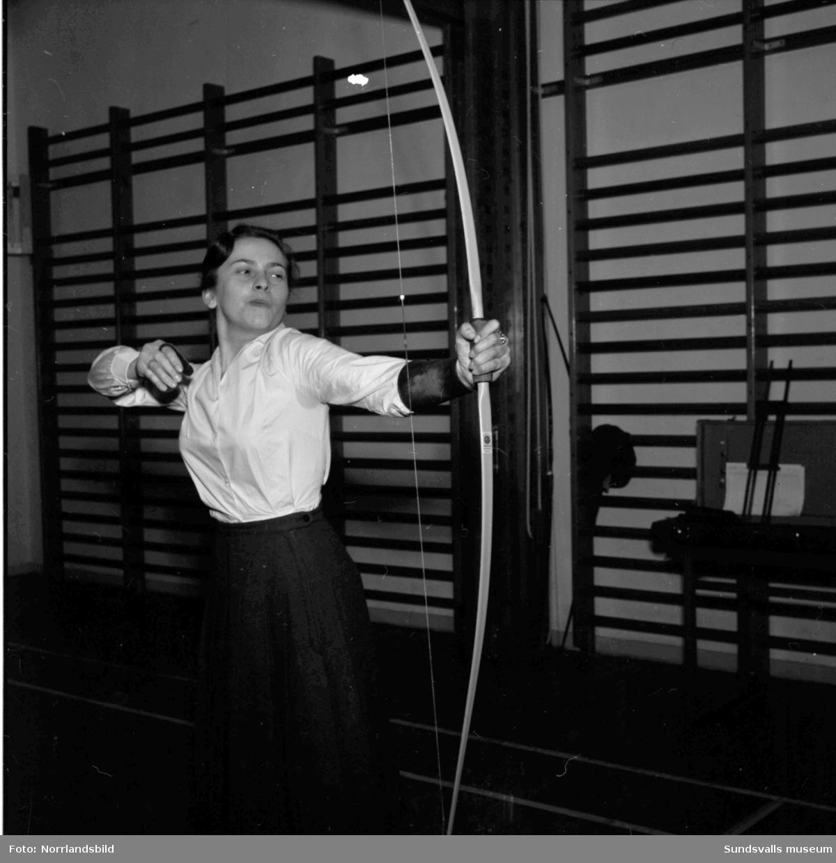 Personalen vid Sidsjöns sjukhus tränar bågskytte i gymnastiksalen.