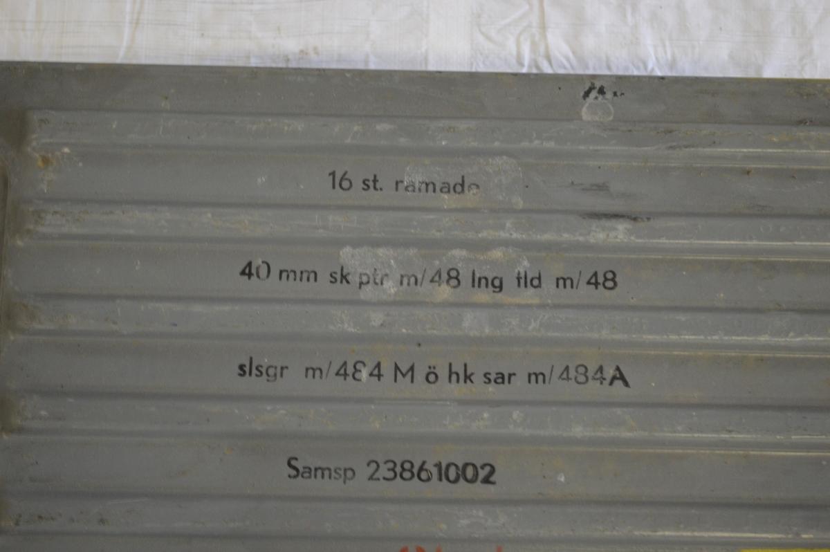 Ammunitionslåda: Av plåt. Lådan rymmer 16 ramade patroner.